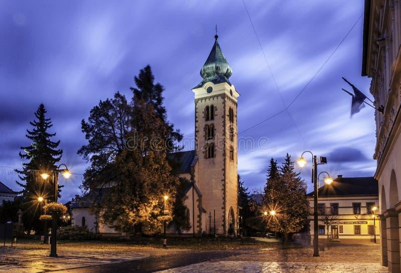 LIPTOVSKY MIKULAS, SLOVAKIEN - sikt till byggnaderna i centret av Liptovsky Mikulas Liptovsky Mikulas arkivbilder