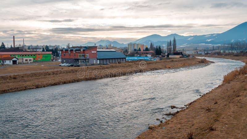 Liptovsky Mikulas Slovakien stad med floden på vinter royaltyfri foto