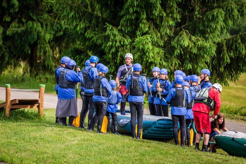 Liptovsky Mikulas/Slowakije - Juni 22, 2019: een groep die mensen instructies krijgen vóór rivier het rafting royalty-vrije stock foto