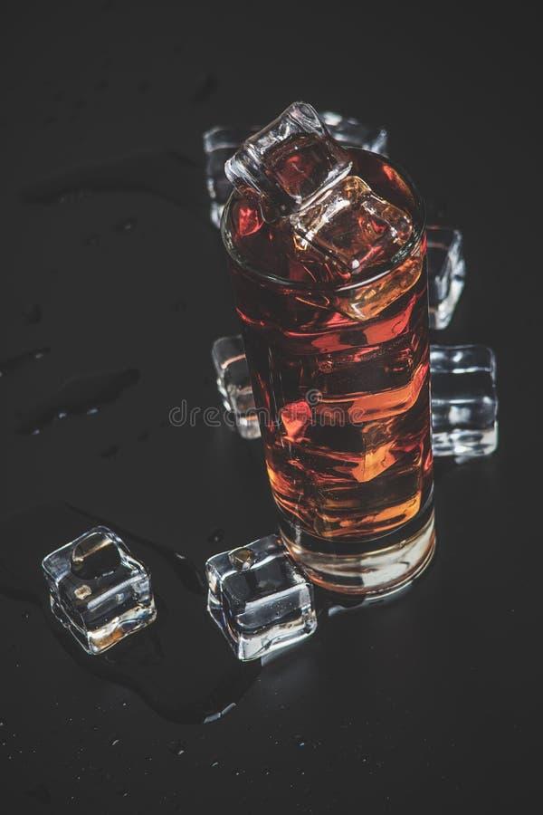 Liqueur avec de la glace photographie stock