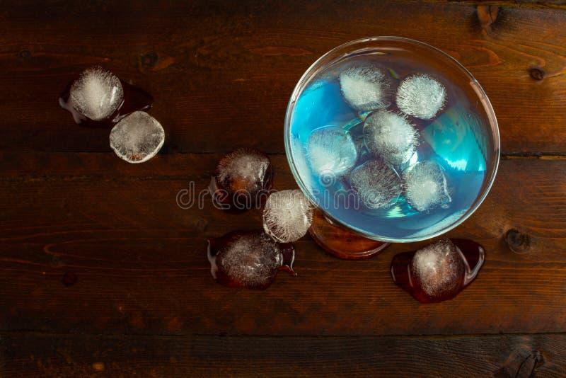 Liqueur bleue du Curaçao avec de la glace, vue supérieure illustration de vecteur