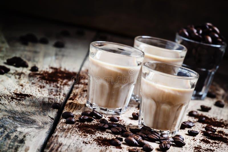 Liqueur de café et de crème, grains de café rôtis et cafè moulu photos libres de droits