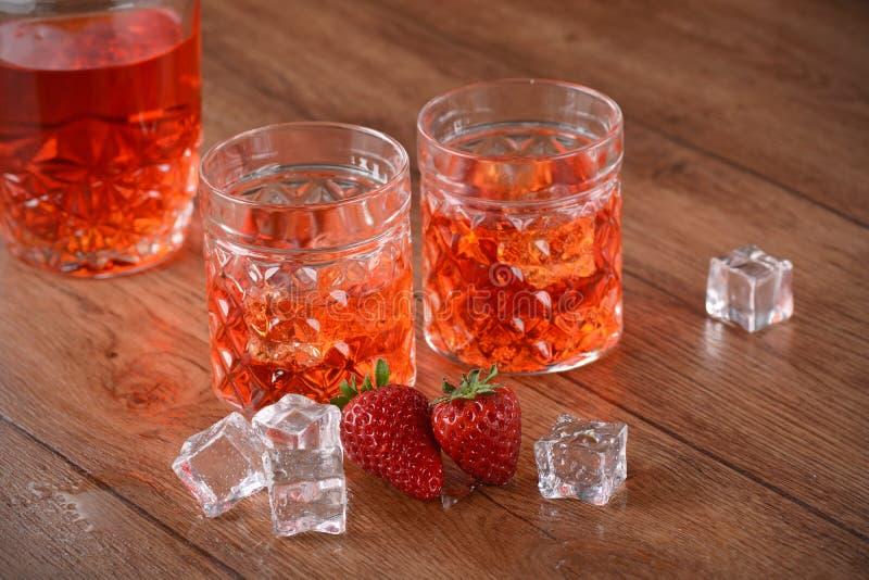 Liqueur de fraise sur la table image stock