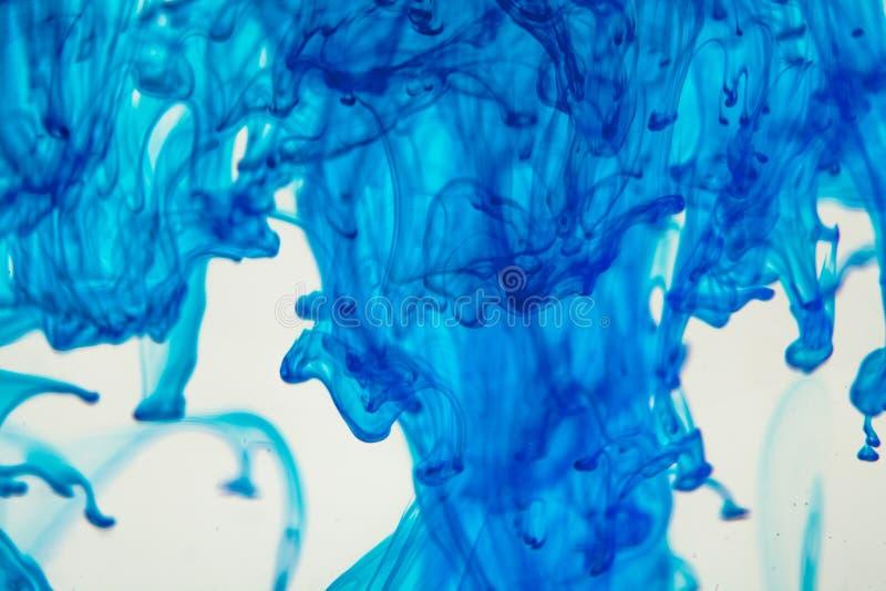Liquide bleu dans l'eau photos libres de droits