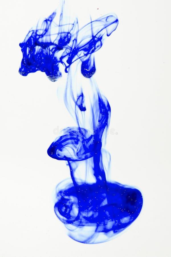 Liquide bleu dans l'eau images libres de droits