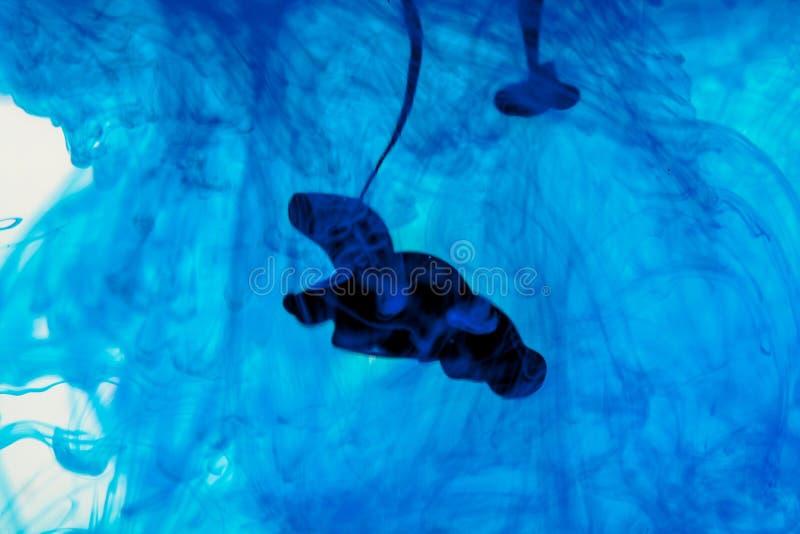 Liquide bleu dans l'eau image libre de droits