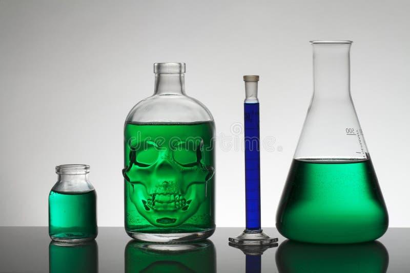 Liquide dans des bouteilles de laboratoire Laboratoire biochimique scientifique Liquide coloré photo stock