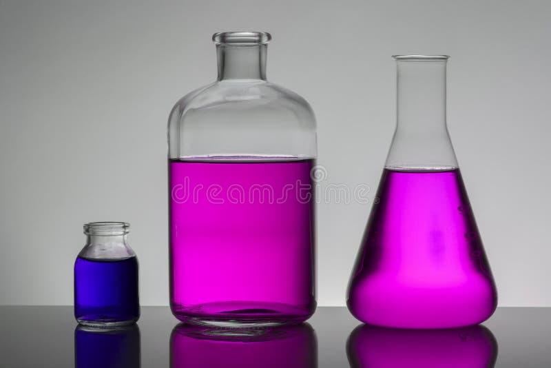 Liquide dans des bouteilles de laboratoire Laboratoire biochimique scientifique Liquide coloré photographie stock