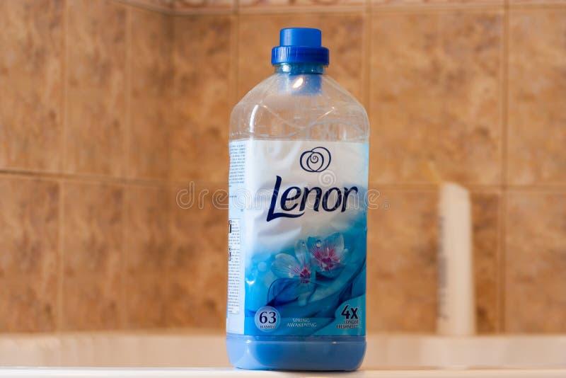 Liquide de nettoyage de blanchisserie de Lenor dans une bouteille en plastique dans une salle de bains image libre de droits