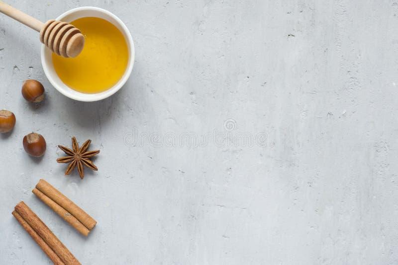 Liquide et anis de miel avec de la cannelle sur un fond clair Copiez l'espace pour le texte photos libres de droits