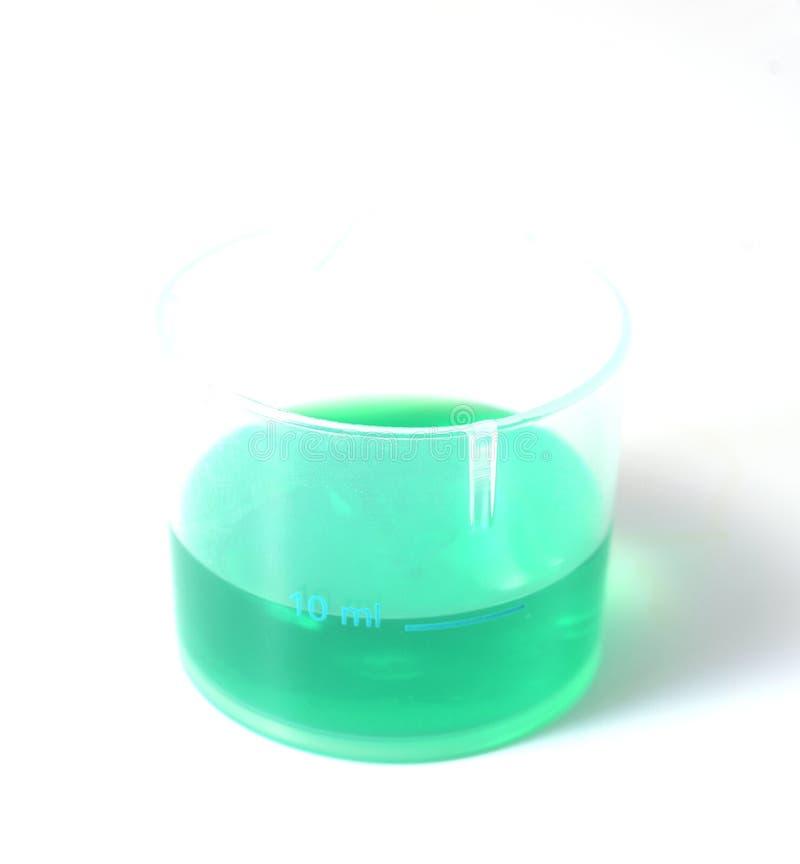 Liquide médical vert dans une tasse en plastique photo stock