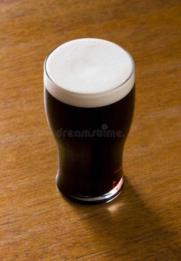 Or liquide - une pinte de bière de malt image libre de droits