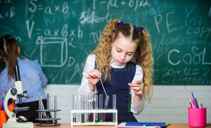 Liquidi chimici di studio dell'allievo della scuola Lezione di chimica della scuola Provette con le sostanze Microbiologo futuro fotografie stock libere da diritti