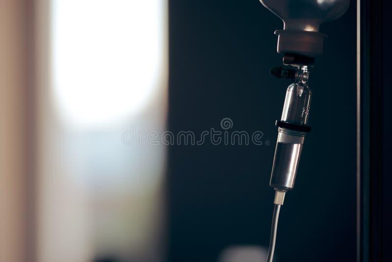 Liquido del gocciolamento della soluzione salina IV per l'infusione nel fondo dell'ospedale immagini stock