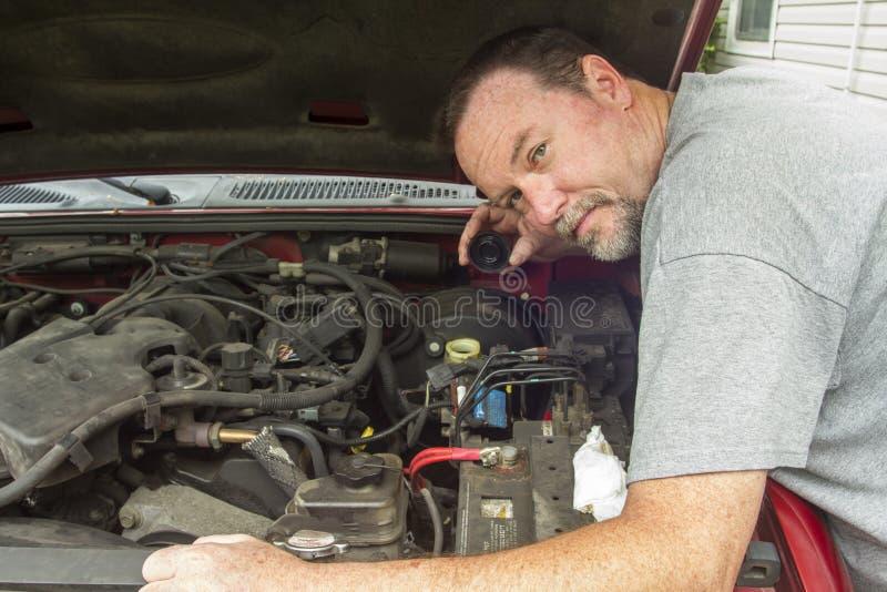 Liquido di Checking The Brake del meccanico in una pompa freno fotografia stock libera da diritti