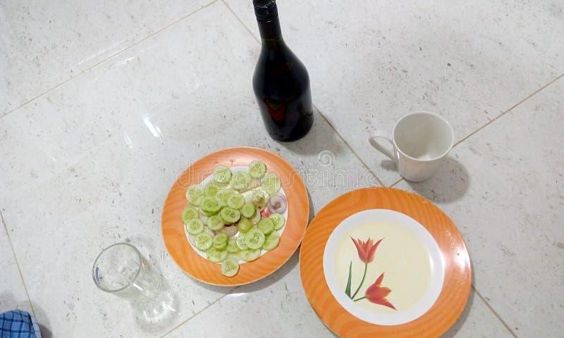 Liquor Bachelor arrangement de fête avec un oignon de concombre de bouteille d'alcool et un verre vide pour commencer la célébrat image stock
