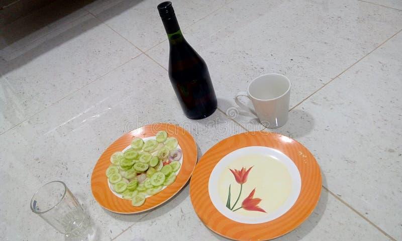 Liquor Bachelor arrangement de fête avec un oignon de concombre de bouteille d'alcool et un verre vide pour commencer la célébrat photo libre de droits
