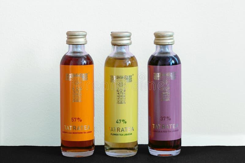 liquore del tè del fiore di atratea in piccola bottiglia fotografie stock libere da diritti