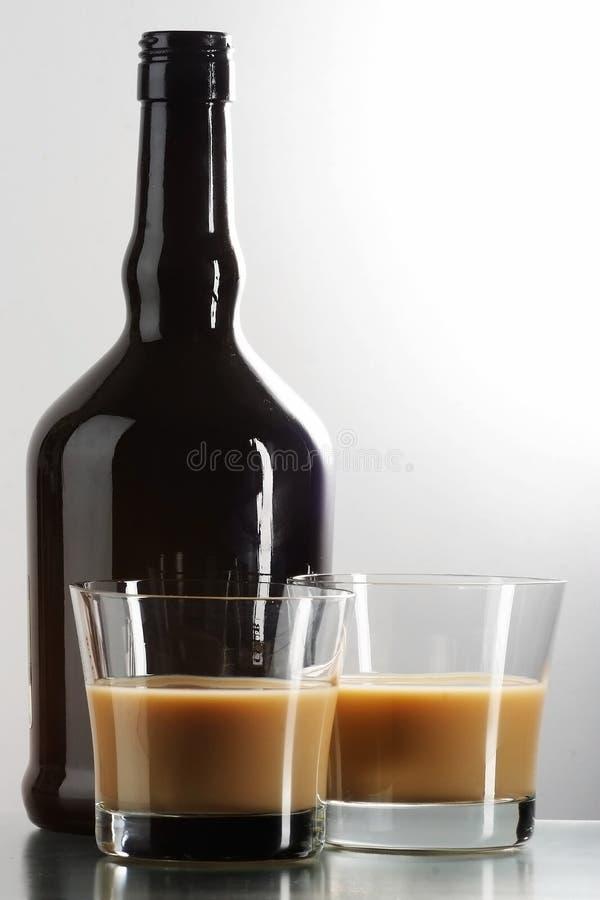 Liquore in vetri immagini stock