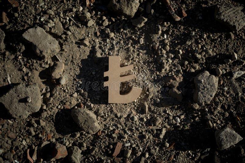 Lira symbol na brudzie lub gruzach fotografia stock
