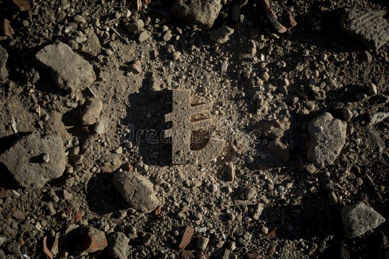 Lira symbol na brudzie lub gruzach zdjęcie stock