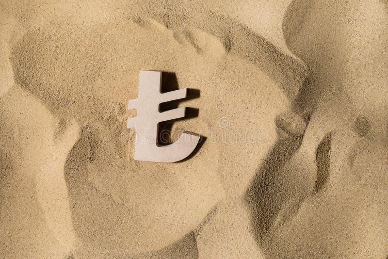 Lira-Zeichen auf dem Sand lizenzfreies stockbild
