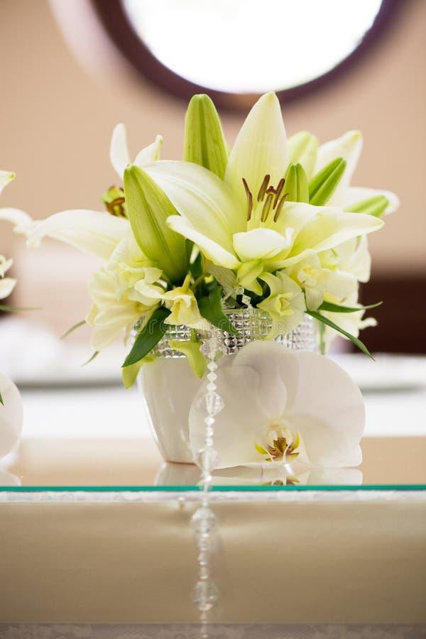 Download Lirio y orquídea foto de archivo. Imagen de decoraciones - 42436960