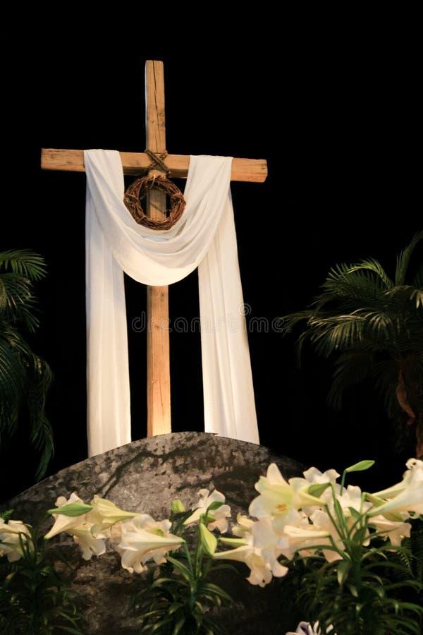 Lirios, cruz y corona blancos de pascua de espinas foto de archivo libre de regalías