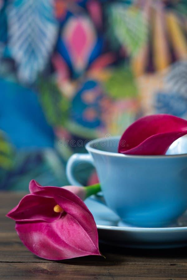 Lirios en una taza de té fotografía de archivo
