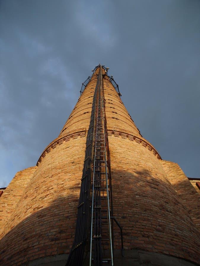 Lirka kabelmobiloperatören på det höga tornet Rf-antennmatning l royaltyfri fotografi