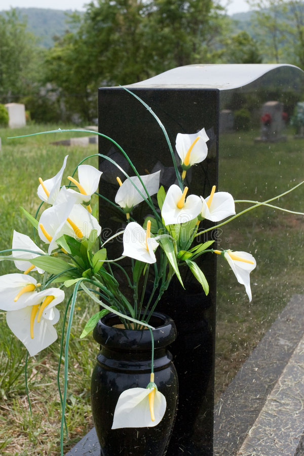 Lis dans le vase à pierre tombale photographie stock