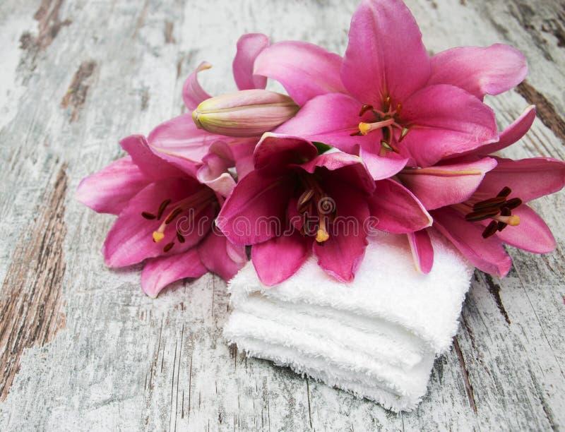 Lis et serviettes roses photo stock