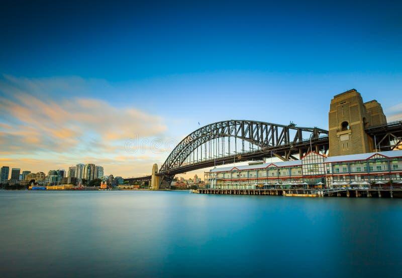 Lisamente o mar pela exposição longa disparou com ponte do porto imagem de stock royalty free