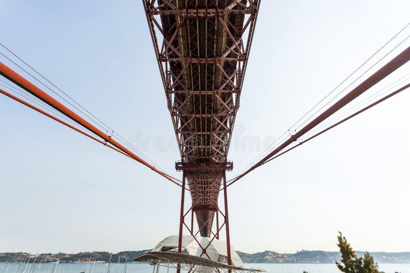 Lisboa - 25 de Abril Metallic Bridge imagen de archivo libre de regalías