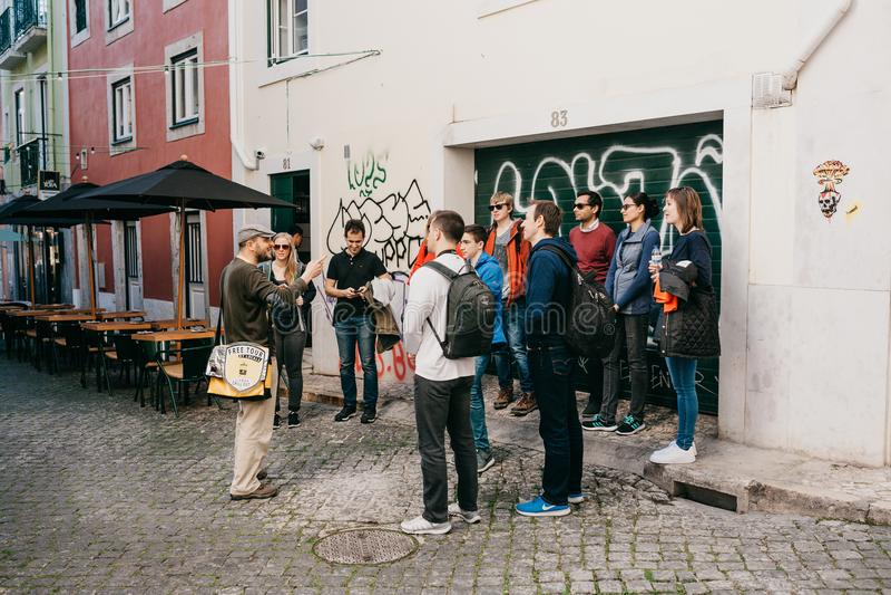 Lisboa, el 18 de junio de 2018: Una guía de residentes locales dice a turistas en un viaje libre de las vistas de la ciudad Viaje imagenes de archivo