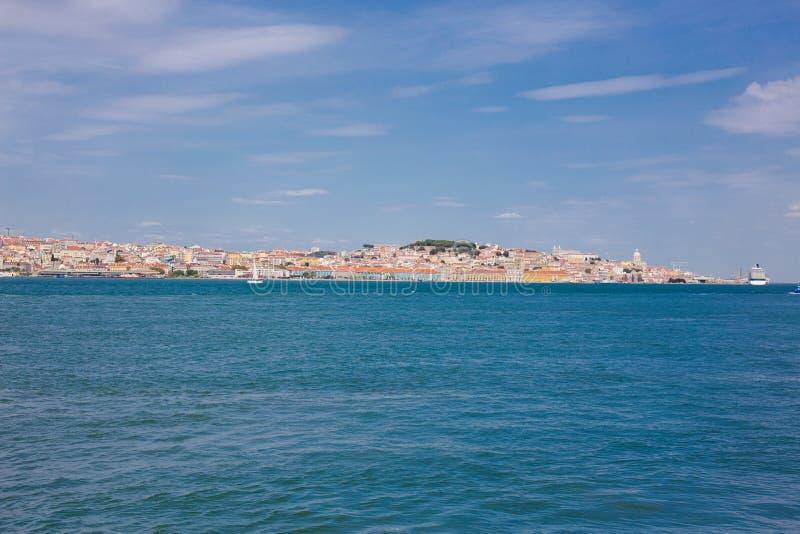 Lisboa en la orilla del río Tajo, Portugal central Vistas al Tajo desde el ferry a Almada foto de archivo libre de regalías
