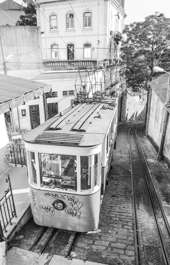 Lisboa funicular en Calcada hace la calle de Lavra fotos de archivo libres de regalías