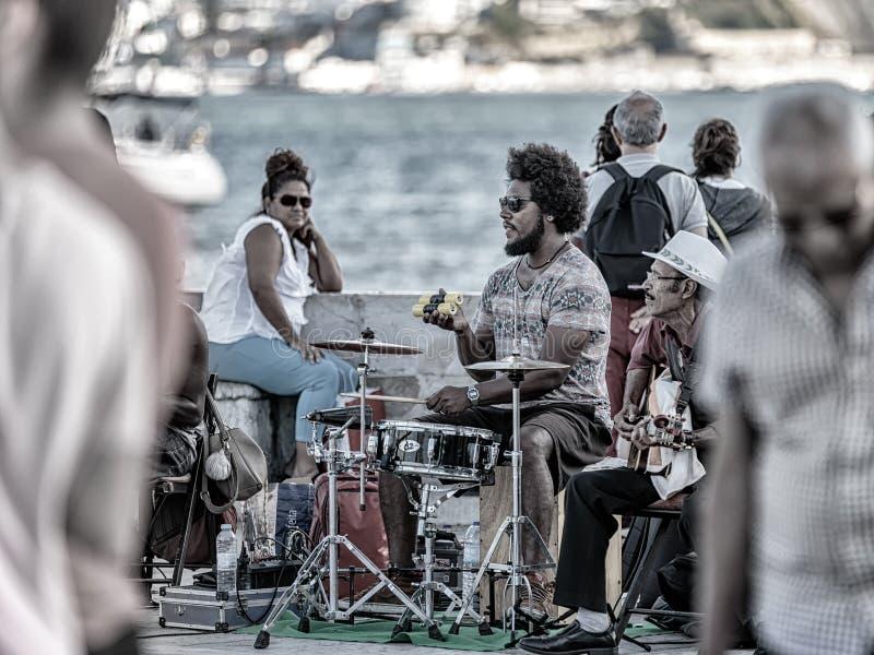 Lisboa muestra apagado sus raíces africanas Banda afroportuguesa de la música que actúa en Lisboa céntrica para animar los turist foto de archivo libre de regalías