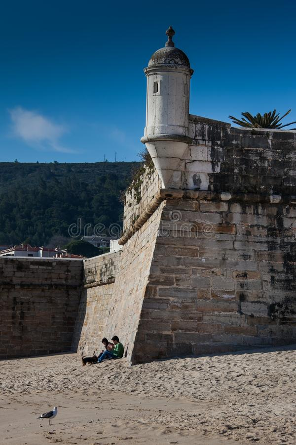 LISBOA, PORTUGAL - 1º de fevereiro de 2011: Praia de Sesimbra em Setubal foto de stock