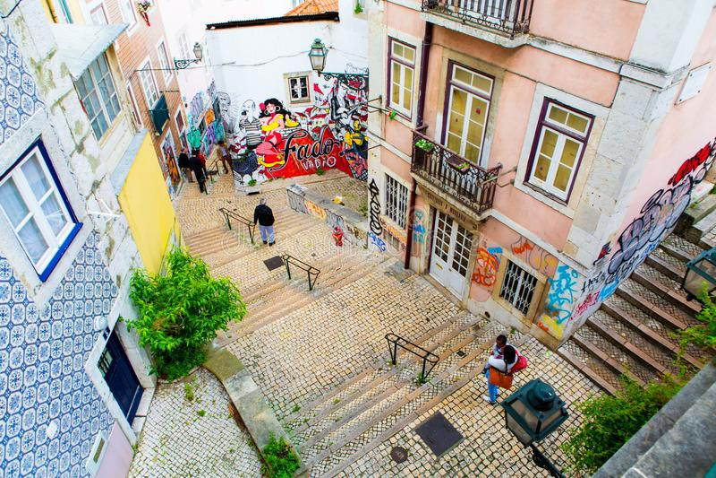 Lisboa, Portugal - 05 06 2016: calle y escaleras estrechas de Lisbo fotos de archivo