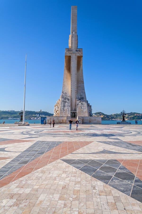 Lisboa, Portugal Cuadrado delante del monumento de los descubrimientos del mar del monumento del DOS Descobrimentos de Padrao aka imagen de archivo