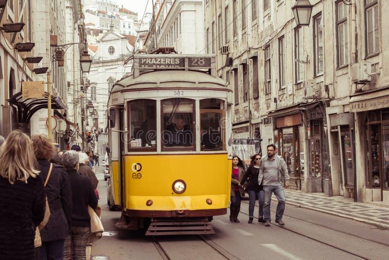 LISBOA, PORTUGAL - 2 DE ABRIL: Línea amarilla famosa de la tranvía 28 en el v imagenes de archivo