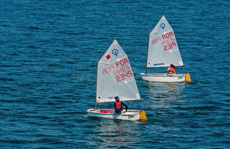 Lisboa, Portugal - 3 de abril de 2010: yates en el mar azul Los atletas de los niños participan en raza el día soleado Navegación fotografía de archivo libre de regalías