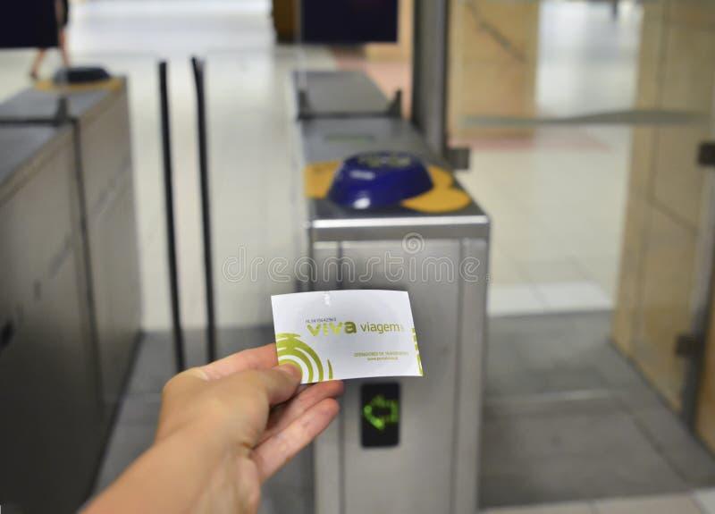 Lisboa, Portugal - 6 de agosto de 2017: Entregue a mostra o bilhete português para um metro VIVA Viagem imagem de stock