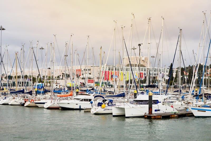 LISBOA, PORTUGAL - 12 de dezembro de 2018: Iate em repouso no porto de Doca de Belém no centro de cidade de Lisboa em Portugal imagem de stock