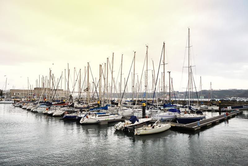 LISBOA, PORTUGAL - 12 de dezembro de 2018: Iate em repouso no porto de Doca de Belém no centro de cidade de Lisboa em Portugal fotografia de stock royalty free