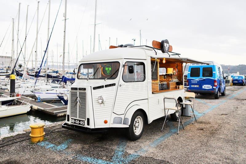LISBOA, PORTUGAL - 12 de dezembro de 2018: Iate em repouso no porto de Doca de Belém no centro de cidade de Lisboa em Portugal fotos de stock royalty free