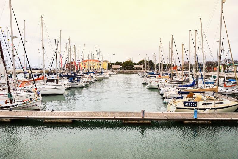 LISBOA, PORTUGAL - 12 de dezembro de 2018: Iate em repouso no porto de Doca de Belém no centro de cidade de Lisboa em Portugal imagens de stock royalty free