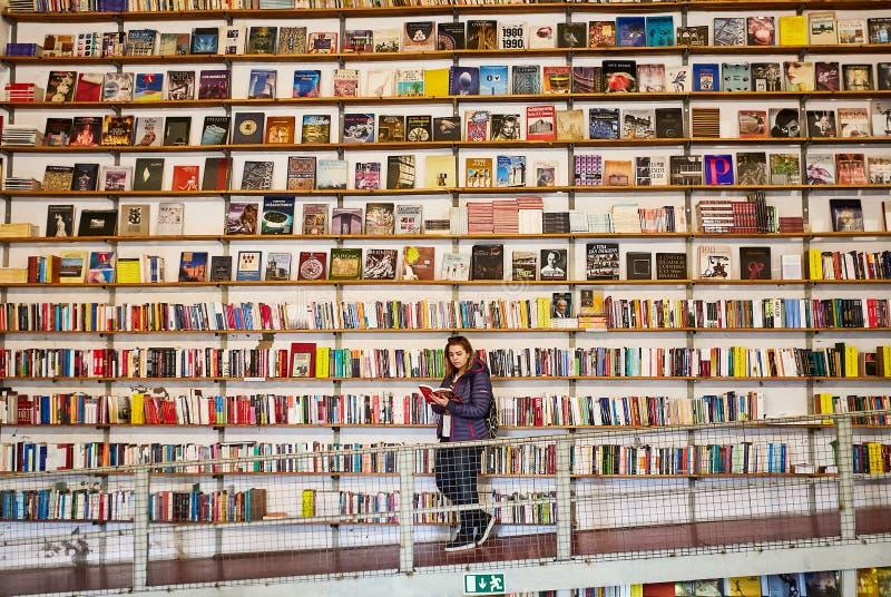 LISBOA, PORTUGAL - 12 de dezembro de 2018 - turista da mulher na livraria imagem de stock