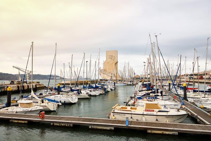 LISBOA, PORTUGAL - 12 de diciembre de 2018: Yates en descanso en el puerto de Doca de Belem en el centro de ciudad de Lisboa en P fotos de archivo libres de regalías
